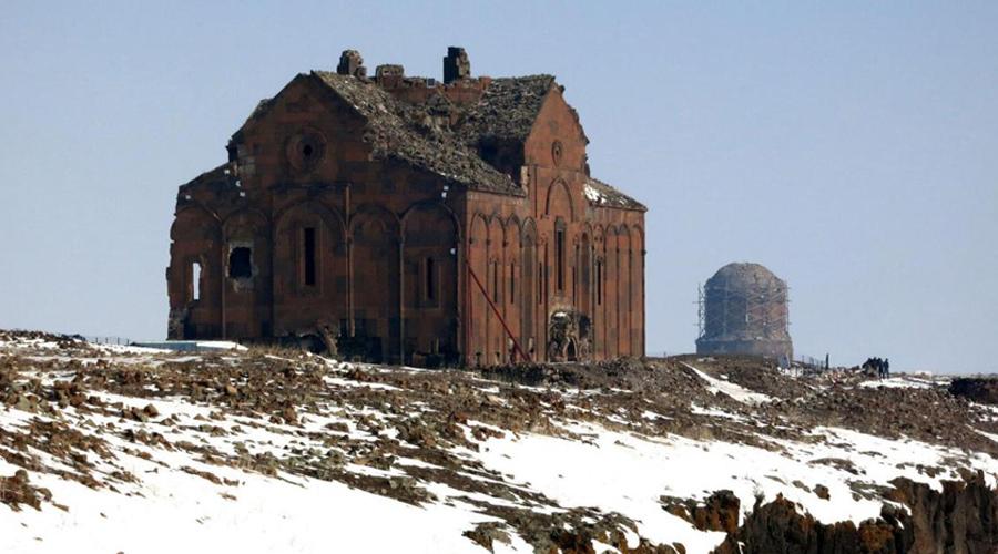 Сохранить эпоху Археологи вынуждены бороться, чтобы сохранить остатки некогда великого имперского города. Дело в том, что напряженные отношения Армении и Турции ставят под вопрос статус Ани — ни одна из сторон не выделяет средств для спасения печальных, населенных призраками руин. В настоящее время историки подали заявку, чтобы включить Ани в список Всемирного наследия ЮНЕСКО, но споры об этом еще идут.