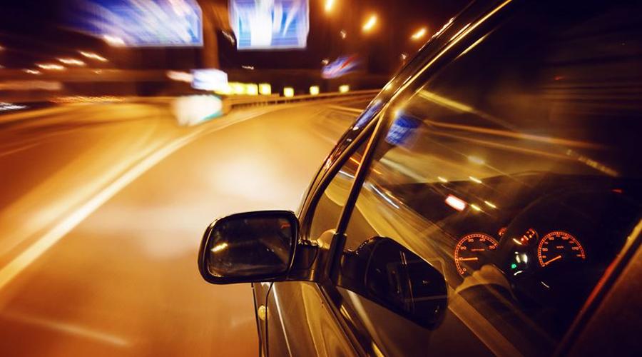 Обгон с выездом на встречку Ночью встречные машины хорошо заметны, но приуменьшать опасность обгона будет ошибкой. Обгоняя попутный автомобиль, уберите дальний свет метров за 200 от него, проверьте зеркало заднего вида, включите левый поворот и прибавляйте скорость. Только сравнявшись с кабиной обгоняемой машины переходите на дальний свет и сворачивайте на свою сторону трассы.