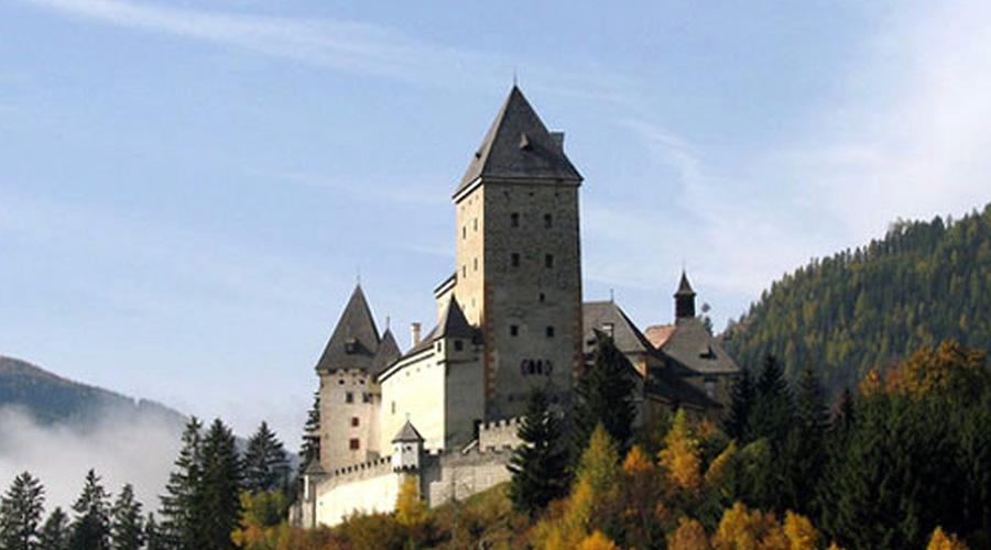 Моосхам Австрия Построенный в конце XII-го века замок Моосхам стал молчаливым свидетелем смерти тысяч молодых девушек. Времена охоты на ведьм превратили Моосхам в настоящий оплот инквизиции, кровь лилась рекой во славу папского престола и христианских добродетелей. Уже значительно позже, в XIX веке неподалеку от замка начали находить останки мертвых оленей и домашнего скота, что породило новую волну слухов. По сей день считается, будто в подвалах Моосхама живет клан древних оборотней, выходящих на охоту по ночам.