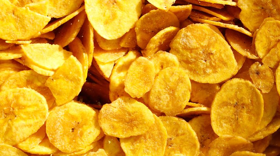 Чипсы В одной пачке картофельных чипсов содержится столько же калорий, как и в полноценном обеде. Кроме того, производители часто завышают дозировку натрия, искусственных консервантов и ароматизаторов. Итогом становится не только постоянно повышенное давление, но и риск раковых опухолей.