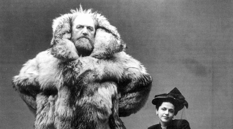 Петер Фреучен В 1906 году Петер закончил медицинскую школу и отправился не в ближайший госпиталь на престижную работу с 9 до 18, а в Гренландию. Двадцатилетнему пареньку стало интересно, каково это передвигаться по замерзшим равнинам на собачьих упряжках — вполне понятное стремление. Одна из поездок закончилась катастрофой: Петер свалился в яму, выбраться из которой не мог. Находчивый паренек использовал собственные замерзшие экскременты в качестве зубила и выдолбил себе ступени в стенах узилища. К тому времени, как Петер вернулся в лагерь, его левая нога была безнадежно отморожена. Не тратя времени на глупые причитания, парень сделал сам себе ампутацию. Фреучен вернулся на родину, чтобы присоединиться к датскому движению сопротивления, нацисты так никогда и не сумели поймать этого волевого и несгибаемого человека.