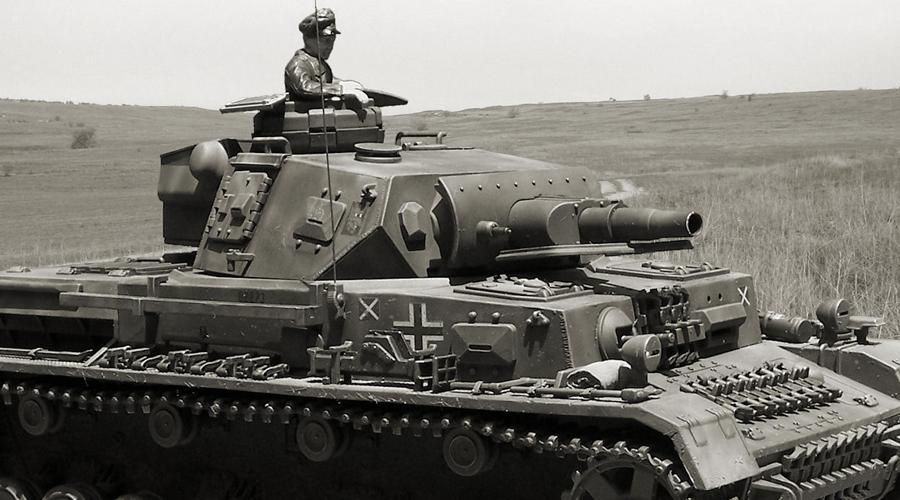 Panzer IV Германия Изначально Panzer 4 задумывался как машина поддержки пехоты, но к середине 1943 год стал использоваться как основной танк Третьего рейха. «Панцеркампфваген» был вооружен пушкой калибра 75мм: опытный танкист мог уничтожить советский Т-34 на дистанции до 1200 метров — если, конечно, не целился в лобовую броню. Впрочем, эта теоретическая возможность ничуть не помешала уничтожить тем же «тридцатьчетверкам» более 6000 Panzer IV на пути из Москвы в Берлин.