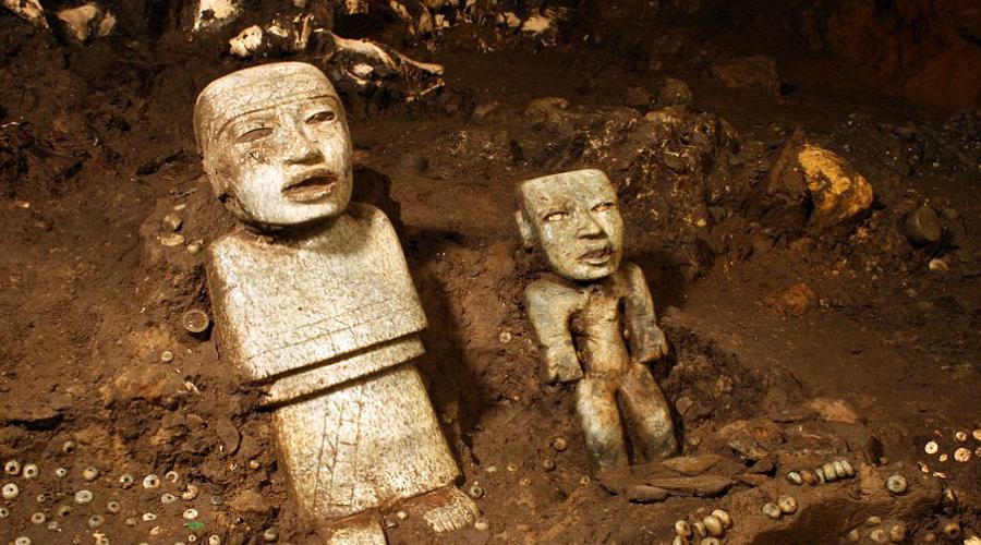 Маленький тайник Для археологов новое случайное открытие Сегуру стало настоящим подарком. Ученые считают, что запечатанное помещение внутри меньшей пирамиды даст нам возможность пролить свет на причины внезапного упадка цивилизаций майя, начавшейся примерно в этот период. Кроме того, в небольшой камере вполне может оказаться погребальное ложе одного из древних правителей великой культуры. Традиционно в склеп вождя майя клали перечень его достижений при жизни — Рене Сегуру считает, что обнаружил именно такую пирамиду.
