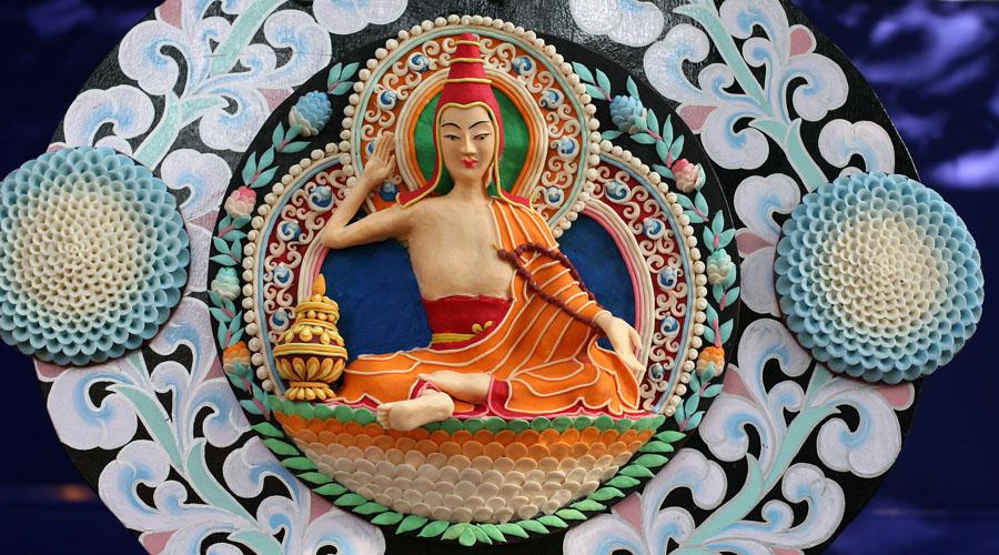 Земной рай Буддисты Тибета полагают, что Шамбала находится за Гималаями, у самого подножия Хрустальной горы. Теософская теория описывает Шамбалу как воплощение земного рая, где нет войн и страданий. Населяют город таинственные Учителя, которые из-за кулис управляют судьбами всего человечества. Но попасть сюда может далеко не каждый: лишь тому, кто обладает искренне чистым сердцем и прозрачной душой, откроются врата Шамбалы.