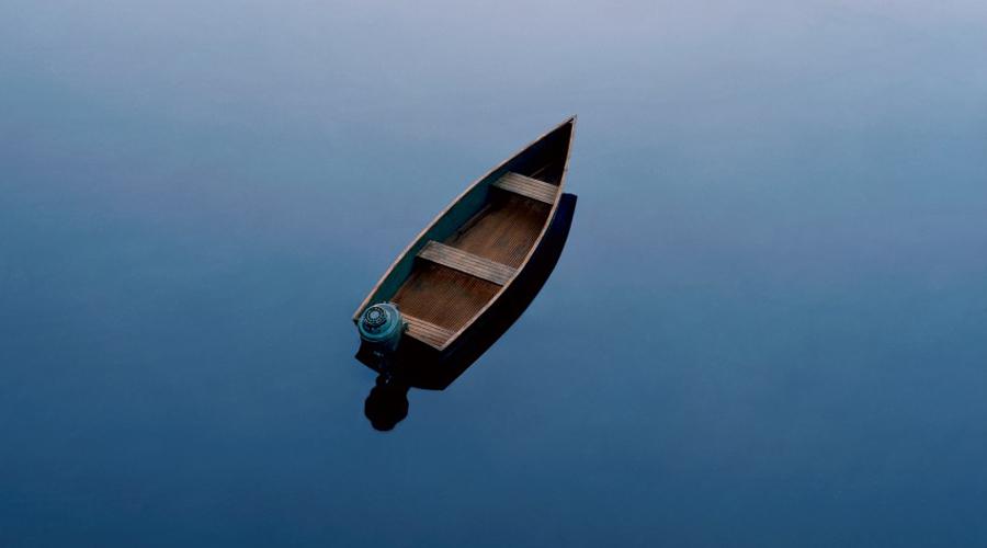 Исчезновение на Аляске В мае 1986 года 17-летний Вирджил Такетт устроился матросом на рыболовный траулер. Так поступают очень многие юноши, растущие на Аляске: первую работу в море здесь воспринимают почти как обряд инициации. Вернувшись из очередной вахты, Вирджил забежал домой, быстро собрал рюкзак и позаимствовал ключи от отцовского катера. На столе он оставил записку, где спутанно объяснял о какой-то встрече в море, которая может сделать их всех богатыми. Это последнее, что мир когда-либо слышал о Вирджиле Такетте. Заглохший катер обнаружил в глухой бухте береговой патруль. На борту остался рюкзак Такетта, заряженное ружье и кое-какая еда. Мальчик бесследно канул в просторы Аляски.