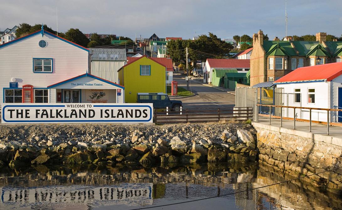 Фолклендские острова Популяция пингвинов в несколько раз выше населения островов, что впрочем немудрено — людей здесь всего около трех тысяч. Путешественники прибывают сюда на круизных судах, обычно Фолкленды становятся перевалочным пунктом на пути к Антарктиде.