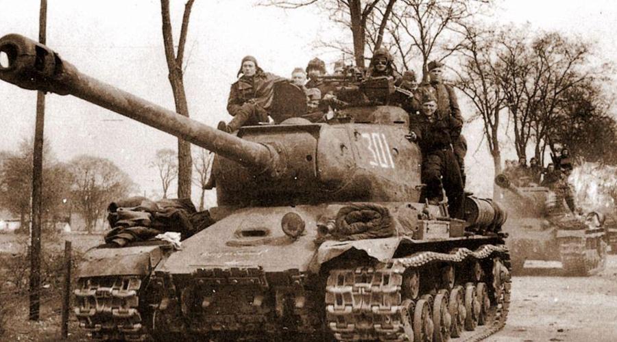 ИС-2 СССР Лобовая броня ИС-2 была непроницаема даже для немецких зенитных орудий с дистанции в 1000 метров. Танк появился в 1944 году: массивная пушка калибра 122 мм сразу закрепила за этой моделью статус бронированного убийцы. Всего успели построить 2 252 ИС-2 — эти машины стали острием стального удара Красной Армии, гнавшей нацистов к Берлину.