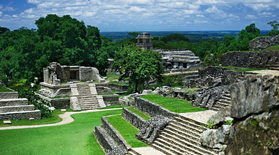 Древний город Майя покинули свою таинственную столицу за несколько веков до начала испанской колонизации Америки. Завоеватели нашли лишь покинутые дома и храмы, величие которых не подвластно самому Времени. Десятилетиями ученые бились над тайнами Чичен-Ицы — города, признанного ЮНЕСКО одним из новых чудес света. Миллионы туристов должны были уже обшарить все строения вдоль и поперек, но ученые по-прежнему открывают все новые и новые тайны в руинах древней культуры.