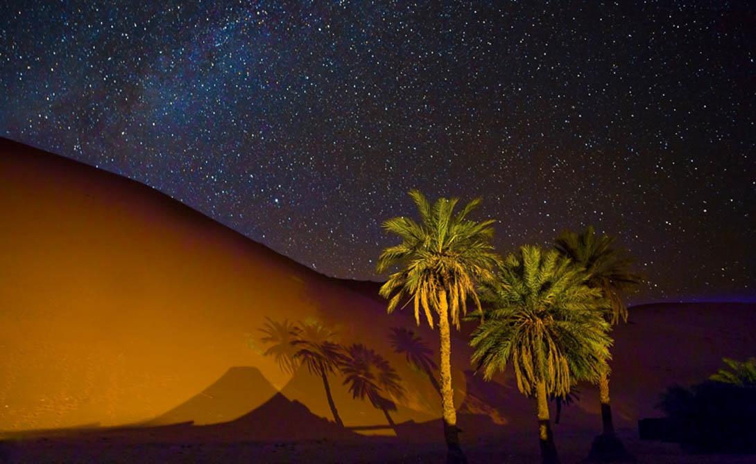 Открытие Фробениуса В 1933 году немецкий путешественник, Лео Фробениус, наткнулся на странные рисунки, нанесенные на скалы в глубине пустыни. К его удивлению, художники изобразили пышный животный и растительный мир: жирафы паслись у рек, львы выглядывали из густых зарослей, а птицы покрывали кроны деревьев. Долгое время открытие Фробениуса считалось мистификацией, однако сегодня ученые доказали: Сахара и в самом деле превратилась из цветущего оазиса в бесплодную пустошь и теперь постепенного готова поглотить всю Африку.