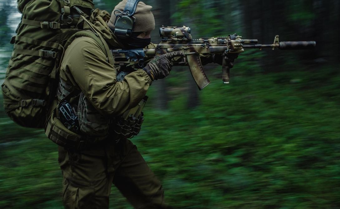 Боеприпас Американцы предпочли создать оружие под меньший калибр, прекрасно понимая, что на точность стрельбы это повлияет положительно. Легкая пуля М-16 имеет более высокую начальную скорость, чем тяжелый снаряд АК. Эксперты признали, что неудовлетворительная баллистика приводит к тому, что пуля АК теряет большую часть своей кинетической энергии на расстоянии: стрелять из автомата на большие дистанции практически бессмысленно.