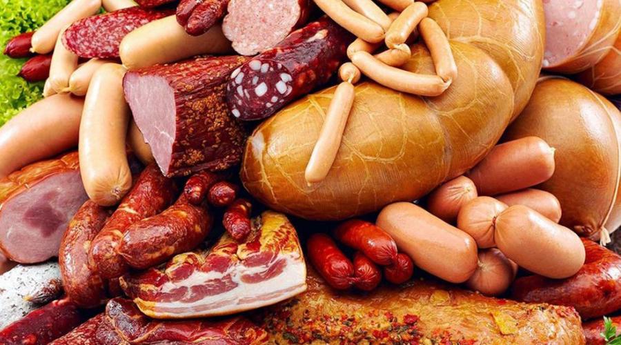Обработанное мясо Эксперты советуют забыть о сосисках, жаренном беконе, покупных котлетах и пельменях. Такое мясо может похвастать слишком большим содержанием соли и вредных химикатов. Наиболее опасным веществом врачи называют нитрат натрия, который в изобилии присутствует практически в любом виде переработанных мясных изделий.