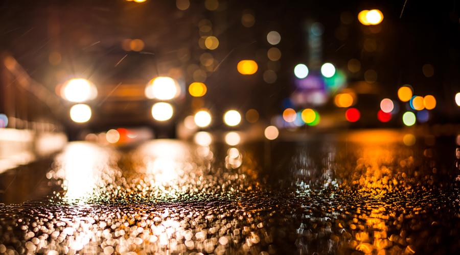Грузовики Запомните, что грузовые автомобили ночью представляют немалую опасность. Дело в том, что габаритные огни грузовика не всегда соответствуют их истинному размеру. К тому же, из кузова вполне может торчать какая-нибудь длинная балка, которую водитель не счел нужным пометить.