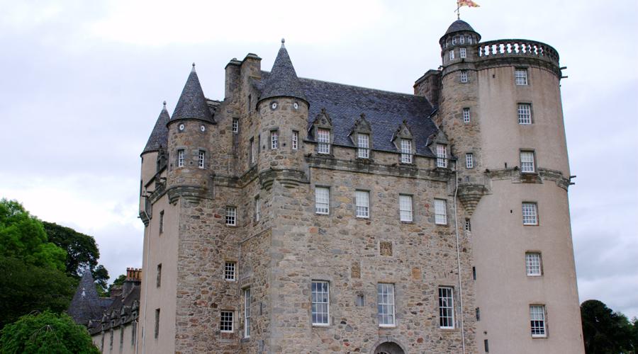 Замок Фрейзер Шотландия Расположенный в восточной части Шотландии замок Фрейзер славится ужасной историей о принцессе, убитой во сне демонами. Говорят, будто тело несчастной волокли по каменным ступеням башни вниз, а слуги так и не смогли отмыть кровь после этого. Владельцам якобы пришлось обшить ступени деревянными панелями, но в полнолуние кровь вновь проступает и сквозь них.
