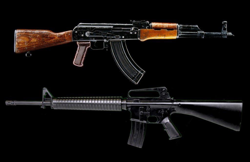 Габариты: АК-74М Здесь наш автомат также обладает целым рядом преимуществ. Во-первых, существует модель АКС74У, предназначенная для вооружения экипажей боевых машин и активно использующаяся в МВД. Во-вторых, даже штатный «калашников» обладает весьма умеренными габаритами и дает бойцу гораздо больше свободы, чем та же М-16.