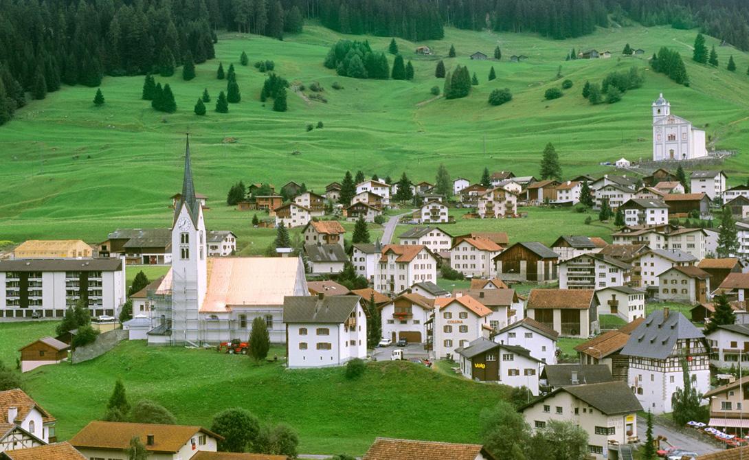 Лихтенштейн Малюсенькая конституционная монархия умудрилась найти свое место между Австрией и Швейцарией. 37 000 подчиняются королевской семье, которая будто в сказке помещается в замке, стоящем на вершине горы.