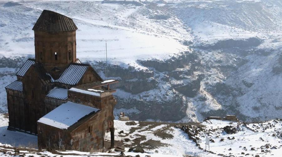 Укрепления призраков Сейчас кажется, будто городские стены Ани готовы рассыпаться от легчайшего ветерка. Однако, построены укрепления были еще в X веке, и на протяжении долгих столетий они защищали имперский город от осады десятков различных армий. Эти валы стали свидетелями кровавых распрей между Багратидами и византийцами, византийцами и сельджуками.