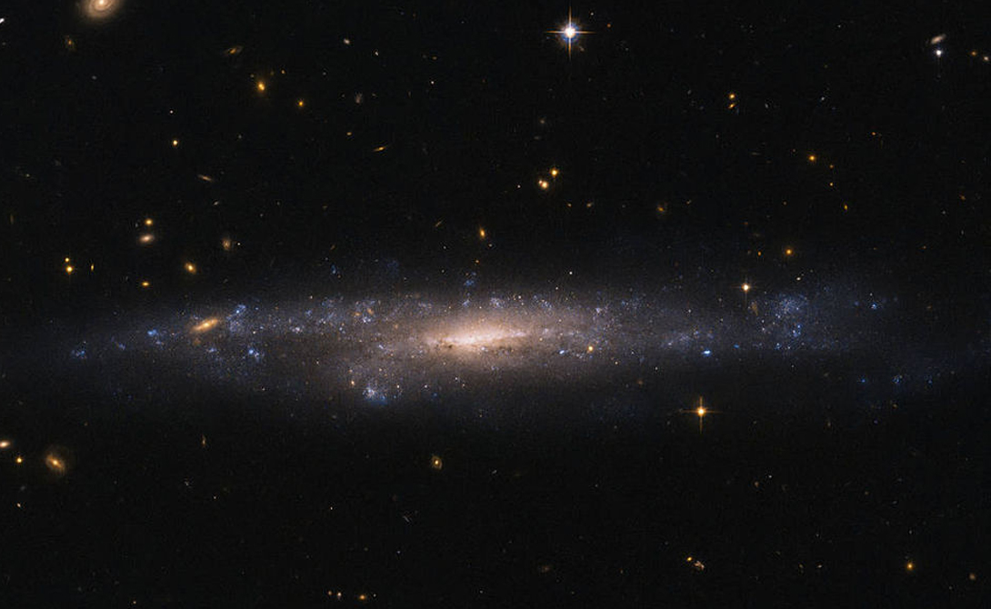Танец черной дыры Скорее всего (тут не уверены сами астрономы), телескопу удалось запечатлеть редчайший момент слияния черных дыр. Видимые струи представляют собой частицы, протянувшиеся на невероятное расстояние в несколько тысяч световых лет.