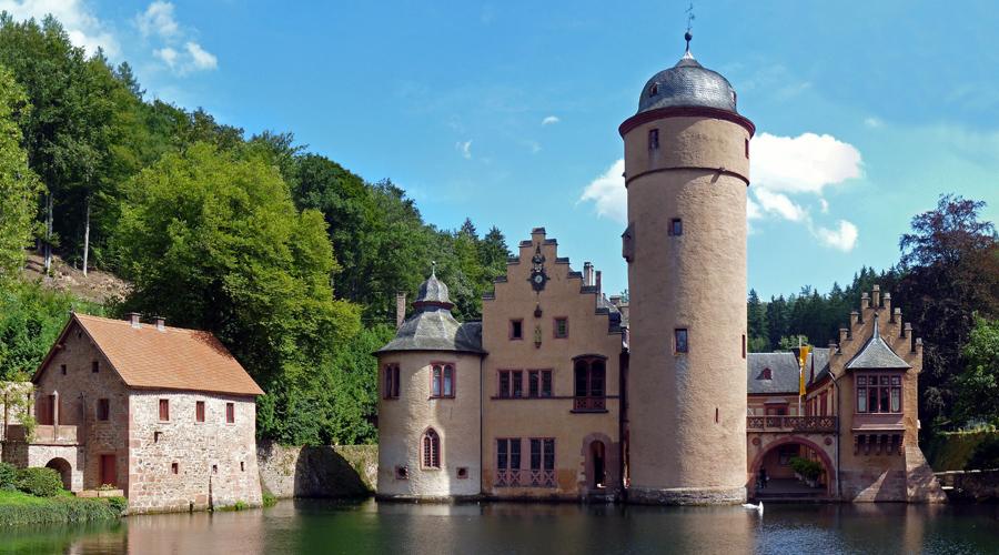 Вольфсегг Германия Считается, что здесь вот уже пять столетий живет целая орда призраков. Примерно в начале XVI века владелец замка нанял пару фермеров, чтобы расправиться со своей неверной женой. Вскоре после этого и сам мужчина, и его сыновья умерли в собственных постелях. С тех пор замок считается проклятым.