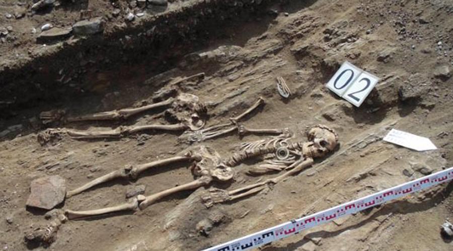 Ромео и Джульетта В одной из раскопанных могил, датированной 5 000 годом до н.э. археологи обнаружили два скелета, держащихся за руки. Анализ показал, что мужчина и женщина принадлежали к разным культурам — сегодня историки называют их прообразами шекспировских Ромео и Джульетты.