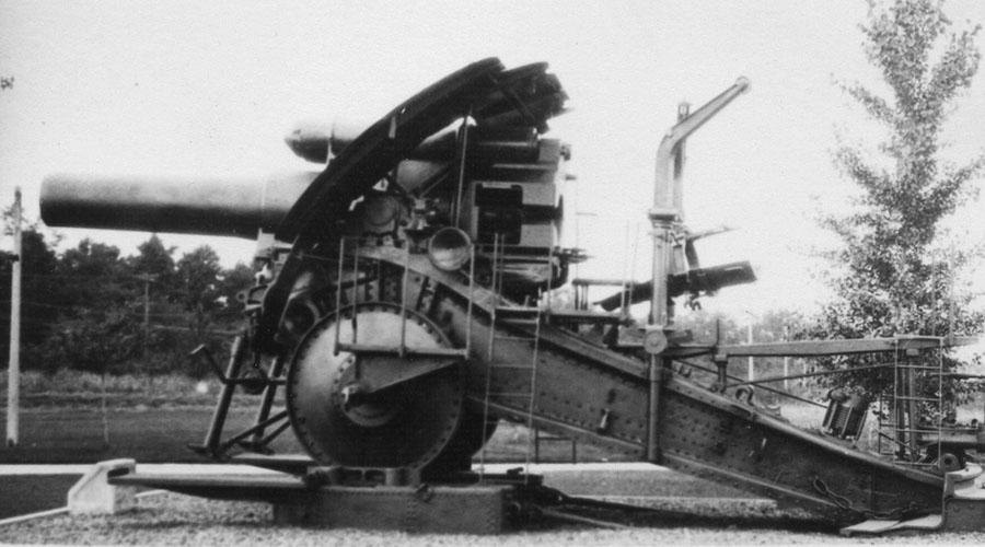 Опыт Первой мировой Большая Берта прекрасно показала себя на полях Первой мировой войны. Французские и бельгийские крепости не могли ничего противопоставить этой разрушительной силе. Немецкие офицеры даже заключали пари, сколько продержится тот или иной форт: редко какой гарнизон выдерживал больше суток постоянного артобстрела.