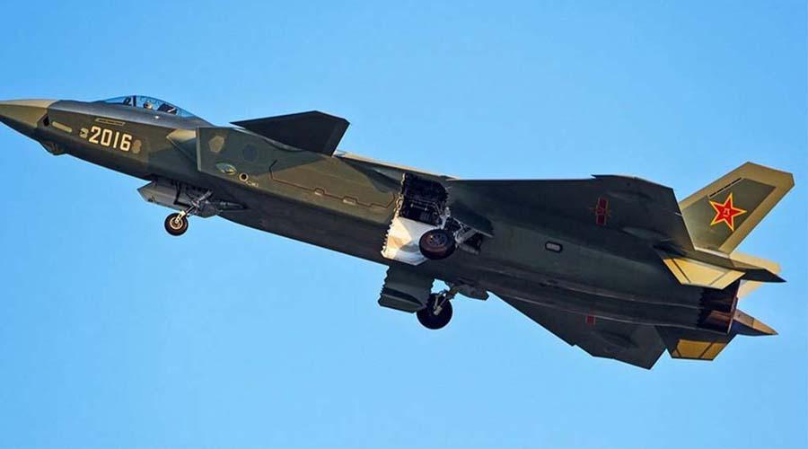 Необычный корпус Пожалуй, наиболее убедительные доказательства того, что J-20 оптимизирован для роли штурмовика является его массивный корпус, при сравнительно небольших крыльях. Такая конфигурация хорошо ложится на концепцию сверхзвукового ударного самолета, но для предписываемой J-20 роли машины для завоевания превосходства в воздухе она не подходит. В то же время, американский «Раптор» напротив обладает идеально сбалансированной компоновкой и может выполнять требуемые фигуры высшего пилотажа на максимальных скоростях без форсажа.
