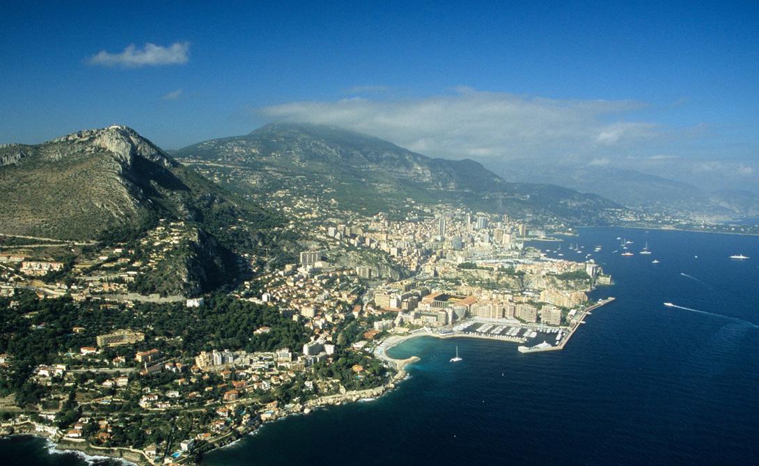 Монако Все 37 000 постоянного населения Монако настоящие полиглоты: местные с детства учатся разговаривать на французском, итальянском, английском и собственном языке графства. Эффектная гавань, казино и прочие достопримечательности сделали Монако чуть ли не главным символом сибаритсва в современном мире.