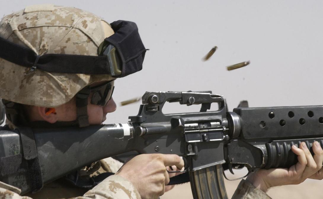 Кучность Разработанный Юджином Стоунером автомат может похвастать большей точностью, чем отечественный АК-74М — примерно на 25%. Общая компоновка нашего автомата не слишком-то располагает к кучной стрельбе, ведь его приклад смещен вниз относительно оси стрельбы. Грубо говоря, прицелиться солдату легче, но вторую пулю в ту же цель послать сложнее, поскольку ствол будет задираться.