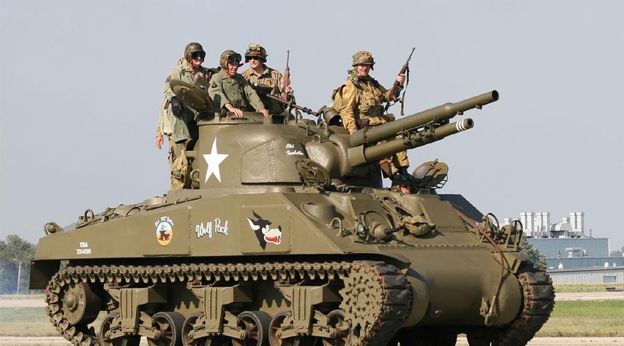 M4 Sherman США Этот танк появился в 1941 году и был назван в честь американского героя гражданской войны, генерала Уильяма Шермана T. Машина не отличалась серьезной огневой мощью, зато США поставляли ее союзникам бесплатно. Программа ленд-лиза сделала «Шерман» одним из самых массовых и самых узнаваемых танков Второй мировой войны.