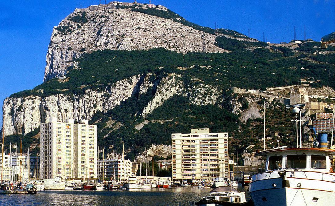 Гибралтар Эта живописная скала расположена у берегов южной Испании и считается британской заморской колонией. Население Гибралтара всего 30 000 человек, а морской порт его занимает практически такое же количество яхт.
