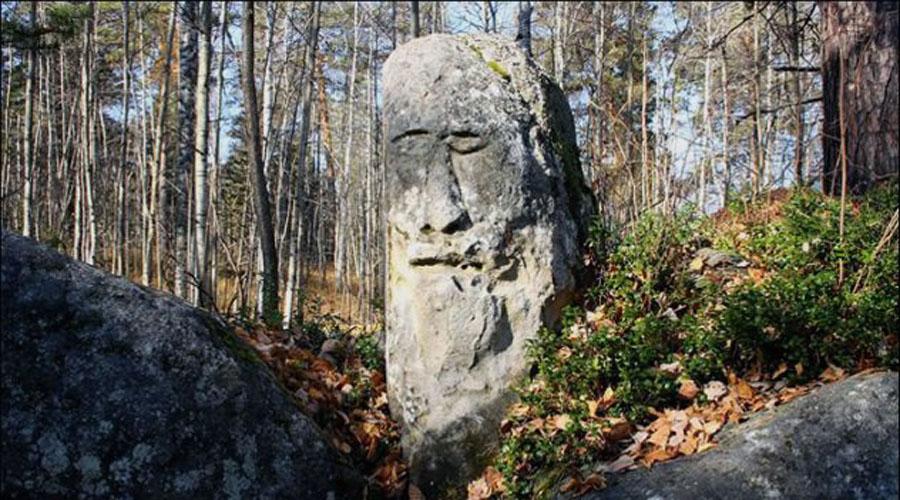 Усть-Тасеевский идол Подробное исследование помогло археологам установить, что знаменитый Усть-Тасеевский идол когда-то выглядел совсем иначе. 2400 лет назад это изваяние было сделано европеоидами, населявшими местность. А в раннем средневековье нашествие монголов вытеснило прежних обитателей, идолу же сделали узкие глаза, бороду с усами «сбрили».