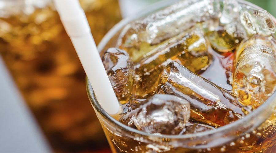 Газированные напитки Никакая газировка организму на пользу не идет. В таких напитках повышена концентрация соды и канцерогенных химических веществ. Здесь же в обилии присутствуют сахарозаменители и ароматизаторы. Один ацесульфам калия, который есть в каждом газированном напитке, может вызвать развитие рака тонкой кишки.