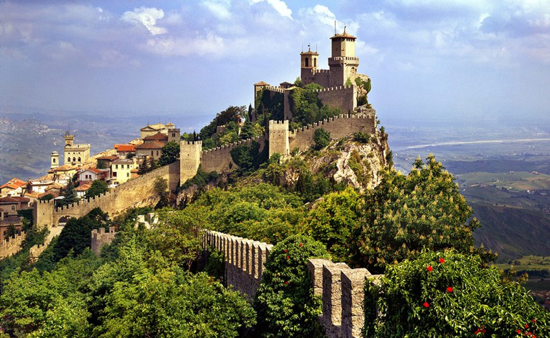 Сан-Марино Крохотная страна расположена в итальянских Аппенинах. Суверенитет государство получило еще в 301 году от Римской империи^ и теперь Сан-Марино настаивает на своем статусе старейшего суверенного государства мира.