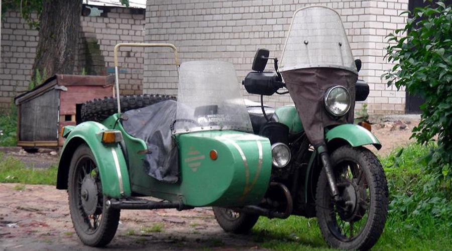 Рабочая лошадка Для советской деревни Днепр был идеальной машиной. Маневренный на узких проселочных улицах и достаточно мощный, чтобы привезти из леса дрова, с полей урожай, а по дороге еще и подцепить груженый прицеп. Специалисты Киевского мотоциклетного завода прекрасно понимали, для какой категории граждан строить мотоцикл и снабжали его необходимыми доработками. С 1956 года завод начал выпуск тяжеловесов «М-53С» с коляской на резиновых рессорах и гидравлической подвеске.