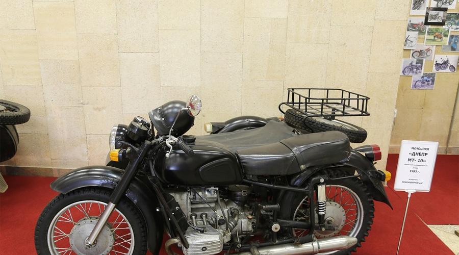 МТ-10 В 1976 году на киевском мото заводе производились мотоциклы Днепр МТ-10 экспортной ограниченной серии для Кремля. Мотоциклы этой серии опередили своё время по многим техническим характеристикам. Двигатель мощностью 50 л.с. и специальная резина позволяли развивать скорость 130 км.ч. и уверенно держаться на дороге даже в зимнее время на скользкой дороге.