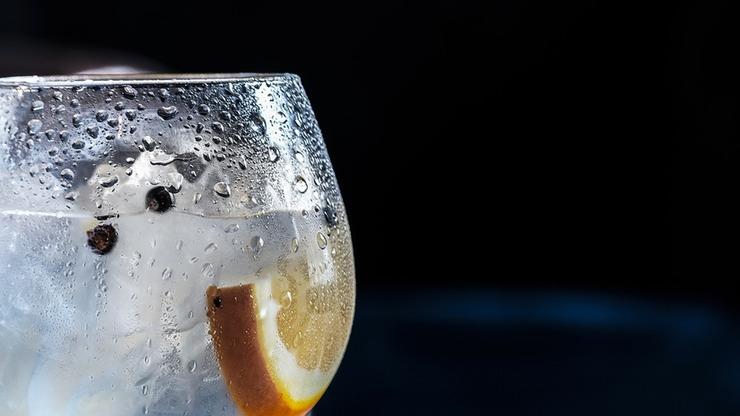 Пейте воду Даже обезвоживание средней степени приводит к замедлению метаболизма. Заведите себе красивую, удобную бутылку для воды и держите ее под рукой.