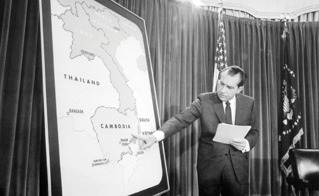 Президент Никсон с картой Камбоджи, 1970 год