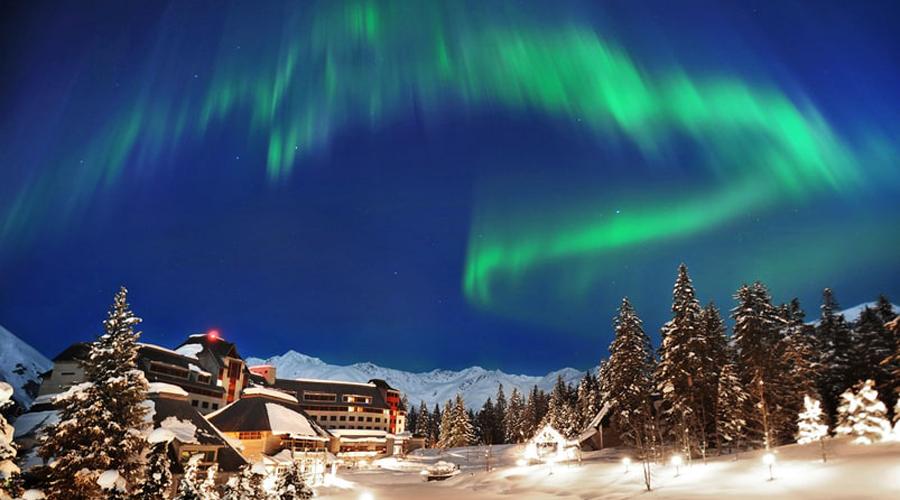Alyeska Аляска Час дороги от Анкориджа — и вот вы уже среди нетронутых лыжных трасс, темных лесов и бесконечного неба. Этот отель подойдет тем, кто хочет оставаться в непосредственной близости от цивилизации, и в то же время не чувствовать ее влияния.