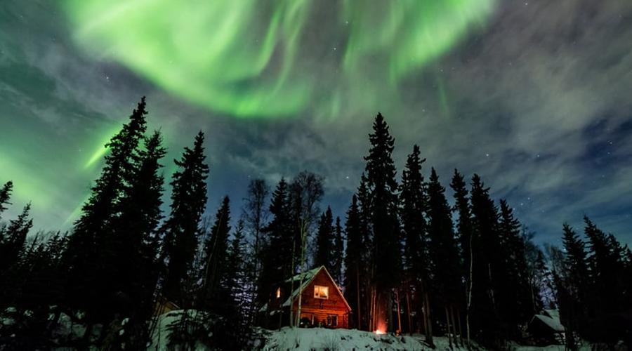 Moose Walk Cabin Аляска Уединенный отель находится неподалеку от Фэрбенкса. Хотели провести самый романтичный Новый год в жизни? Тогда вам точно сюда! Один домик рассчитан как раз на влюбленную парочку, мечтающую отдохнуть от праздничного гомона толпы в декорациях, подсвеченных северным сиянием.