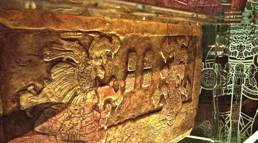 Могила Пакаля Во времена правления Пакаля Великого город Паленке стал одним из самых могущественных в регионе. После смерти великого вождя похоронили в пирамиде — обратите внимание, как схожи строения никогда не пересекавшихся цивилизаций, майя и египтян. А на его гроб водрузили крышку с росписью, показывающей как душа Пакаля забирается в нечто похожее на космический корабль и возвращается к звездам.