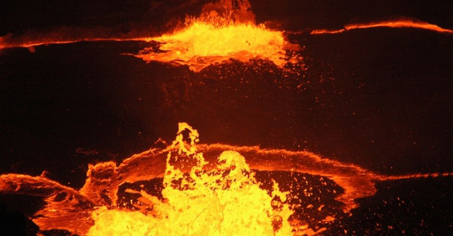 Рождение океана Генезис океана зарождается в тектонике плит. Формирование начинается с процесса рифтогенеза в земной коре, что происходит в результате конвекции мантии. За несколько миллионов лет геологи ожидают прорыв Красного моря через хребты, окружающие котловину. За 10 млн. лет должен полностью наполниться водой весь Восточно-Африканский рифт, образуя новое море.