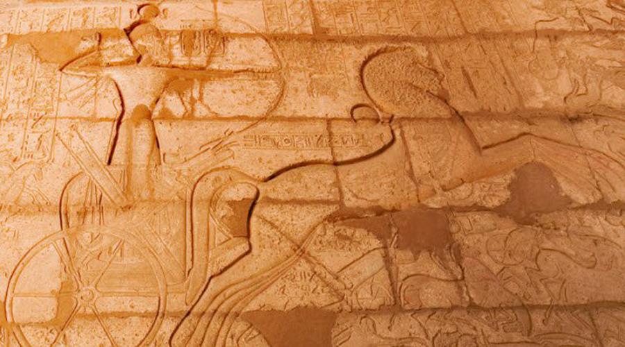 Боевые колесницы Египет Первые колесницы появились у египтян примерно в XV веке до нашей эры. Армия Тутмоса III насчитывала уже тысячу боевых колесниц. Экипаж каждой состоял из возницы и воина, вооруженного луком и копьями. Появление легких, маневренных боевых колесниц на поле боя оказывало огромное психологическое влияние на пехоту противника. К примеру, вторжение гиксосов было остановлено битвой при Кадеше: испуганная пехота не смогла удержать боевые порядки и была рассеяна по всему полю битвы.