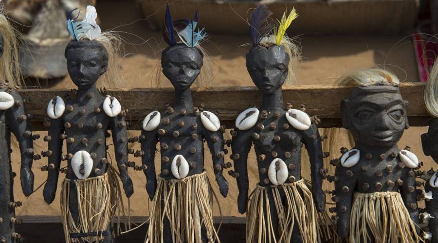 Кукла вуду Кукла призвана символизировать определенного человека, и с помощью особого ритуала вольт становится неразрывно связана с объектом воздействия бокора. Для того чтобы ритуал прошел успешно, кукла, помимо прочего, должна содержать кровь или волосы жертвы.