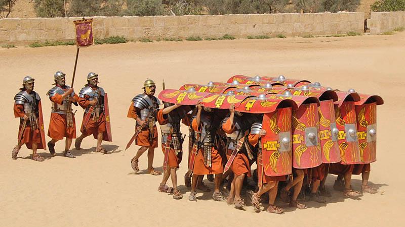 Римская империя Слава Римской империи ковалась копьями легионеров. Пик могущества римлян начался примерно в 30 годах до нашей эры, когда император Август принялся за реструктуризацию своих легионов. Он увеличил количество солдат в каждом из них до пяти тысяч и за короткое время собрал под своим началом целых двадцать восемь легионов. Примечательно, что легионером мог стать исключительно профессиональный солдат, что делало армию Рима практически непобедимой. Уже в конце правления Августа, к 14 году до нашей эры, численность имперской армии перевалила за 250 000 тысяч человек.