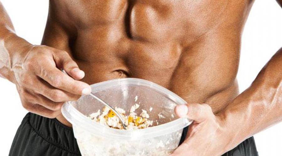 Белок необходим Белок должен поступать в организм с каждым приемом пищи. Это строительный материал ваших мышц. Грамм белка на полкило веса – разделите его на пять или шесть трапез. Усердствовать слишком тоже не стоит: переизбыток белка (особенно животного происхождения) приводит к образованию камней в почках.