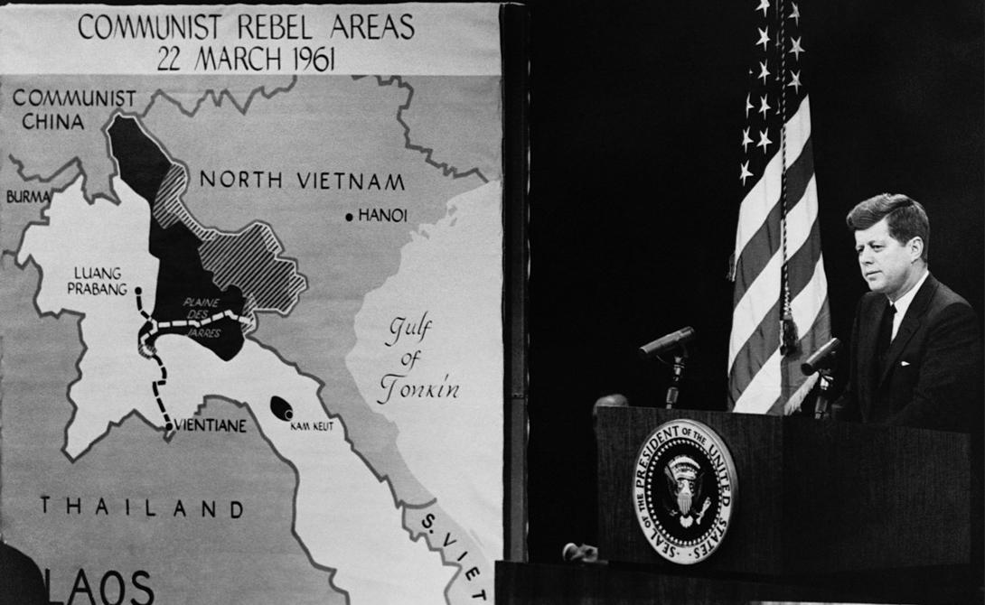 Президент Кеннеди с картой вторжения во Вьетнам, 1961 год