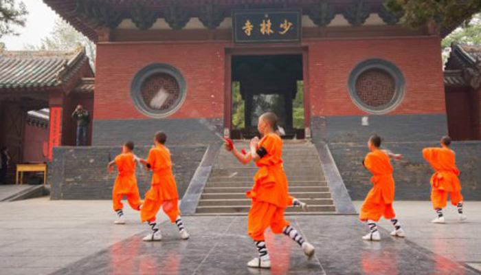 Боевые монахи Многие думают, что Шаолинь стал первым монастырем, где практиковали боевые искусства. На самом деле, еще за столетия до его создания существовали центры обучения воинов-монахов в Индии. Кроме того, в Тибете также существовал особый орден, пользовавшийся покровительством самого Далай-ламы.