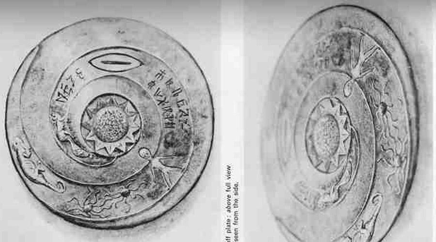 Пластина Лолладоффа Эту пластину обнаружил в Непале польский профессор Сергей Лолладофф. Над расшифровкой странного диска работал профессор этнологии Робин Эванс — после анализа иероглифов он решился на экспедицию в глубины Тибета, где наткнулся на необычные легенды о людях из космоса, якобы принесших эту и подобную ей пластины на Землю.