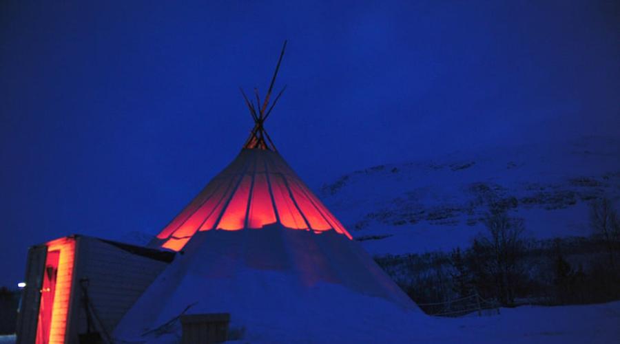 Lyngen Lodge Норвегия Уютное здание отеля расположено за полярным кругом, среди фьордов и вдали от цивилизации. Полное отсутствие светового загрязнения делает это место лучшим в мире для тех, кто мечтает собственными глазами увидеть ничем не замутненное Aurora Borealis.