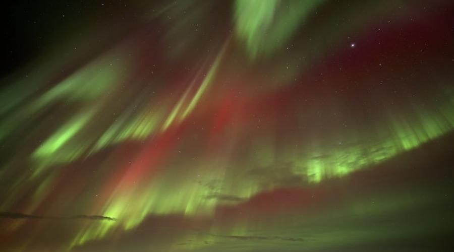Rangá Исландия Этот четырехзвездочный курорт в южной части Исландии предлагает туристам насладиться купанием в открытых геотермальных источниках — говорят, что ночные купания особенно интересны. Кроме того, при отеле есть собственная небольшая обсерватория и отличный бар, где можно устроить собственный наблюдательный пункт за звездными представлениями.