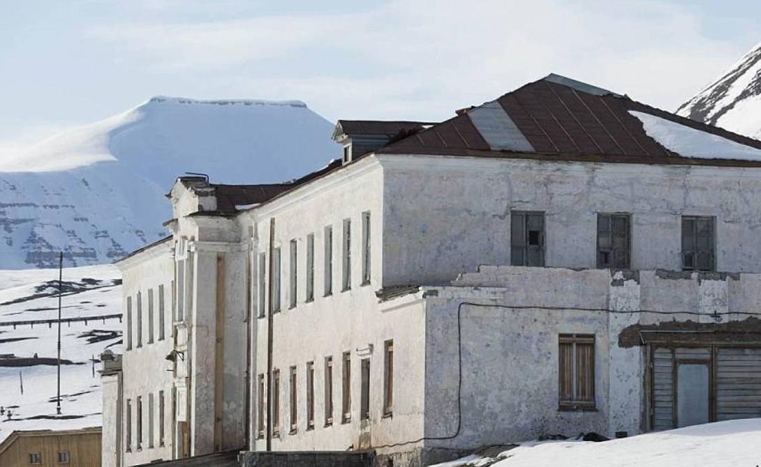 Что посмотреть Город окружает недружелюбная северная местность. Горы, ледники и пустынные долины — такая обстановка может выбить из колеи и самого ярого оптимиста. Прямо напротив Пирамиды расположен огромный ледник, Норденшельд. Иногда с него откалываются гигантские глыбы льда и падают в море, превращаясь в айсберги.
